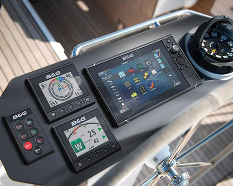 montage d'instruments électroniques sur bateau